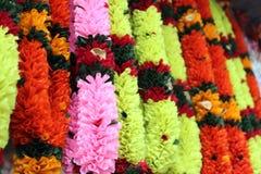 Guirlandes colorées de fleur accrochant sur la boutique de rue Image stock