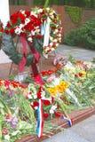 Guirlandes de fleurs et de mémorial à un cimetière Image stock