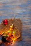 Guirlandes de Noël des lampes sur un fond en bois Image stock