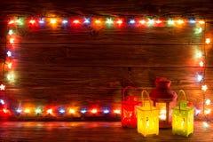 Guirlandes de Noël des lampes sur un fond en bois Photo libre de droits