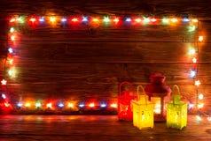 Guirlandes de Noël des lampes sur un fond en bois Image libre de droits