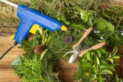 Guirlandes de Noël - travail avec une arme à feu de colle photographie stock libre de droits