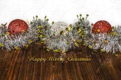 Guirlandes de scintillement avec les boules en osier rouges et blanches Photographie stock libre de droits
