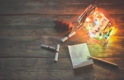 Guirlandes des lumières colorées dans le pot en verre, notes avec des rêves Photo stock