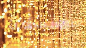 Guirlandes lumineuses de Noël dans les rues de la ville de nuit moscou an neuf de thème banque de vidéos