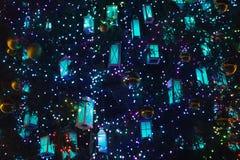 Guirlandes sous forme de rétros lanternes sur l'arbre de Noël image stock