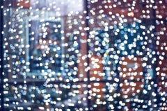 Guirlandes troubles avec le bokeh Lumières de Noël dans les fenêtres photos stock