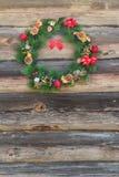 Guirnalda al aire libre de la picea de Navidad en el viejo fondo de la pared de la cabaña de madera Fotografía de archivo libre de regalías