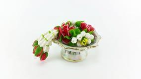 Guirnalda artificial de la flor del templo en la bandeja con el pedestal Imagen de archivo