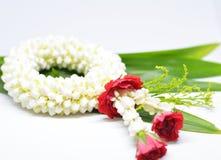 Guirnalda blanca del jazmín con la rosa del rojo Foto de archivo
