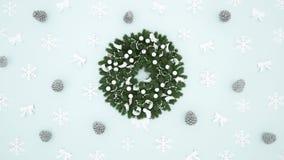Guirnalda con el cono, el copo de nieve y la cinta del pino en el fondo azul claro - ilustraciones por día de la Navidad o Feliz libre illustration
