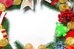 Guirnalda con las decoraciones, rama de la Navidad del árbol de Navidad en el fondo blanco Imagen de archivo libre de regalías