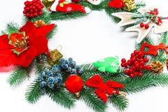 Guirnalda con las decoraciones, rama de la Navidad del árbol de Navidad en el fondo blanco Fotografía de archivo libre de regalías