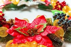 Guirnalda con las decoraciones, rama de la Navidad del árbol de Navidad en el fondo blanco Imagen de archivo