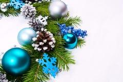 Guirnalda con los copos de nieve del fieltro, azul, chucherías de la Navidad de la turquesa Fotografía de archivo