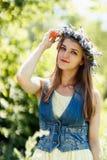 Guirnalda conmovedora de la flor de la mujer joven en su cabeza Imagen de archivo libre de regalías