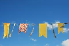 Guirnalda de banderas amarillas en el cielo azul del fondo Imagen de archivo