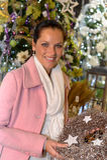 Guirnalda de compra de la Navidad de la mujer que brilla joven Imagenes de archivo