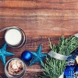 Guirnalda de Cypress con las estrellas, las velas y el cristal de la Navidad Imagen de archivo libre de regalías
