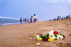 Guirnalda de flores en una playa en Chennai Imagenes de archivo