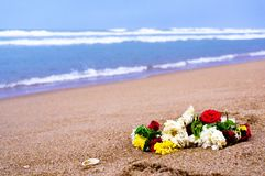 Guirnalda de flores en una playa en Chennai Foto de archivo