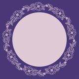 Guirnalda de flores rosadas en un fondo púrpura Marco redondo para la etiqueta ilustración del vector