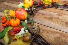 Guirnalda de la acción de gracias con las calabazas, manzanas, bayas blancas, copia s Fotos de archivo libres de regalías