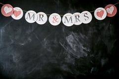Guirnalda de la boda con Sr. y señora y corazones Imagen de archivo