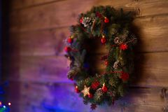 Guirnalda de la decoración cerca del árbol de navidad con las luces Imágenes de archivo libres de regalías