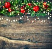 Guirnalda de la decoración de la Navidad con el vintage de oro de las luces Foto de archivo