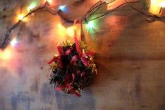Guirnalda de la Feliz Navidad y de la Feliz Año Nuevo, de la Navidad y luces Imagenes de archivo