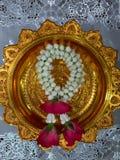 Guirnalda de la flor en la bandeja del pedestal foto de archivo