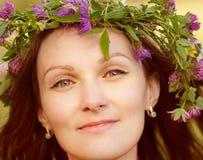 Guirnalda de la mujer joven de las flores en la pista Imagenes de archivo