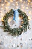 Guirnalda de la Navidad con el arqueamiento Imagenes de archivo