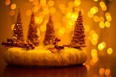 Guirnalda de la Navidad con el fondo del bokeh del oro Imagen de archivo