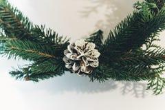 Guirnalda de la Navidad con el pinecone blanco Rama verde del abeto Decorati Fotos de archivo libres de regalías