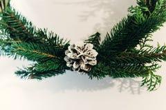 Guirnalda de la Navidad con el pinecone blanco Rama verde del abeto Decorati Imagen de archivo