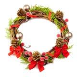 Guirnalda de la Navidad con la cinta roja, los conos del pino y decorati de oro Imagen de archivo libre de regalías