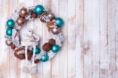 Guirnalda de la Navidad con las cápsulas y los juguetes coloreados Fotos de archivo