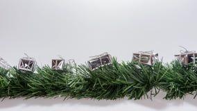 Guirnalda de la Navidad con las cajas de regalo de plata Imagen de archivo libre de regalías