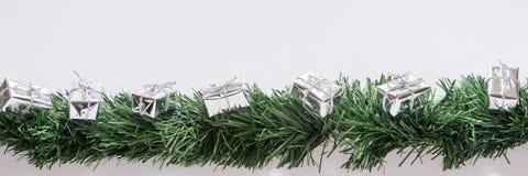 Guirnalda de la Navidad con las cajas de regalo de plata Foto de archivo