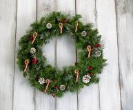 Guirnalda de la Navidad con las decoraciones en los tableros de madera blancos rústicos Fotos de archivo libres de regalías