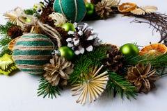 Guirnalda de la Navidad con las estrellas de la paja, las naranjas secadas y orna rústico Fotos de archivo