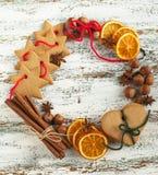 Guirnalda de la Navidad con las galletas y las especias Fotos de archivo libres de regalías
