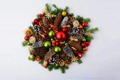 Guirnalda de la Navidad con las ramas del abeto, los conos del pino y el orname rústico Imagenes de archivo