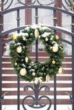 Guirnalda de la Navidad con las ramitas verdes del árbol de abeto y los juguetes de oro del Año Nuevo Foto de archivo