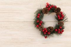 Guirnalda de la Navidad con los conos del pino y las bayas rojas Imagenes de archivo