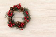 Guirnalda de la Navidad con los conos del pino y las bayas rojas Imagen de archivo