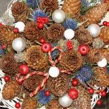Guirnalda de la Navidad con los conos y las flores del pino Imagen de archivo libre de regalías