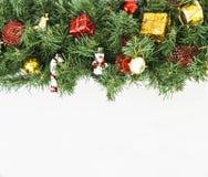 Guirnalda de la Navidad con los juguetes y los regalos en un fondo aislado Fotos de archivo libres de regalías
